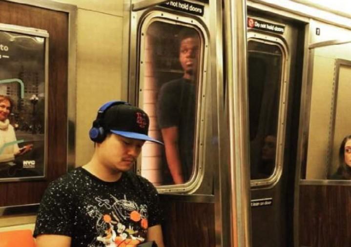 好玩唔玩!地鐵「衝浪」搵命博
