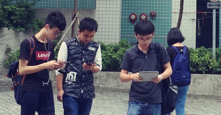 過路玩手機行人要罰款!香港都要跟?