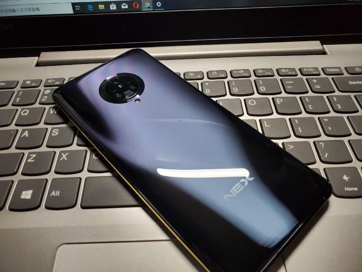 手機背面也沿用上代的設計,配以圓形相機模組設計