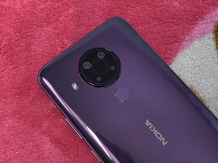 紫色機背配圓形的四鏡頭。