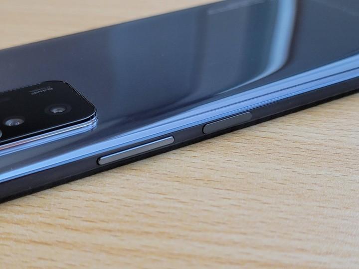 側邊指紋識別電源鍵帶有弧形設計