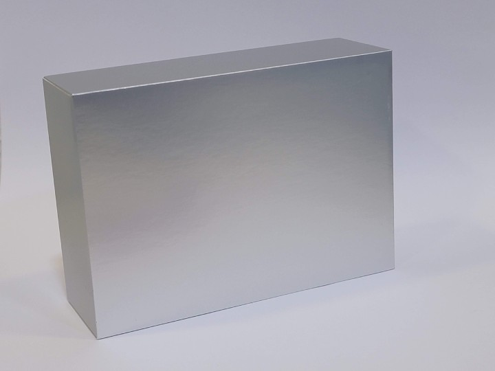 打開後再見到一個銀色盒子