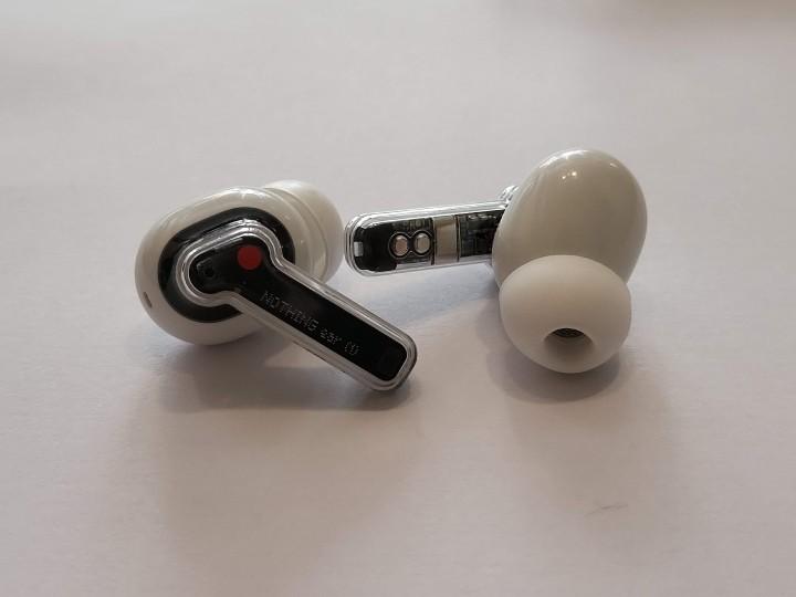 耳機也採用了透明設計,露出了電路板